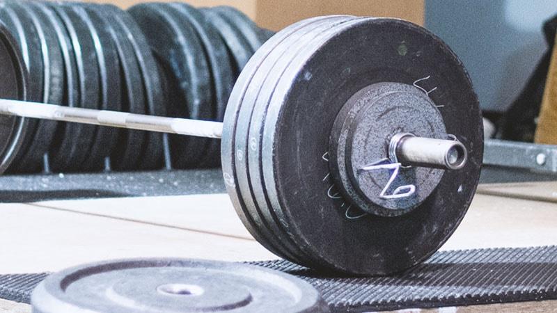 Hanteln - in Langhanteln und Kurzhantel Form eines der meistgenutzten Trainingsgeräte für Zuhause