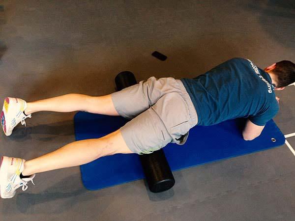 Faszientraining mit der Faszienrolle - den vorderen Oberschenkel trainieren.