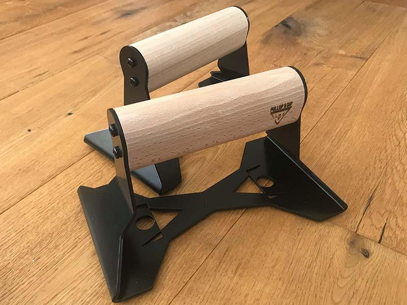 Die Liegestützgriffe von PullUp&Dip verfügen über einen sehr schönen ergonomisch geformten Holzgriff