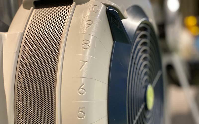 Luftklappeneinstellung am Windrad des Concept 2 Rudergeräts