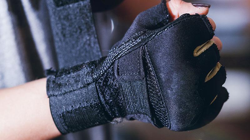 Fitnesshandschuhe werden auch Trainingshandschuhe genannt und sind mit langen und kurzen Fingern erhältlich